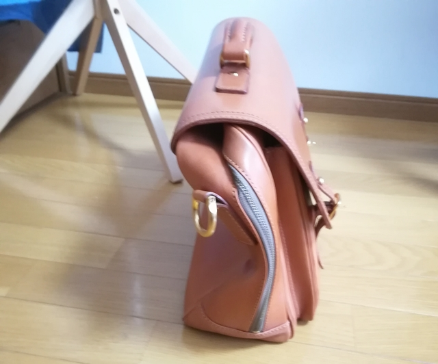 革のビジネスバッグを横からみたところ