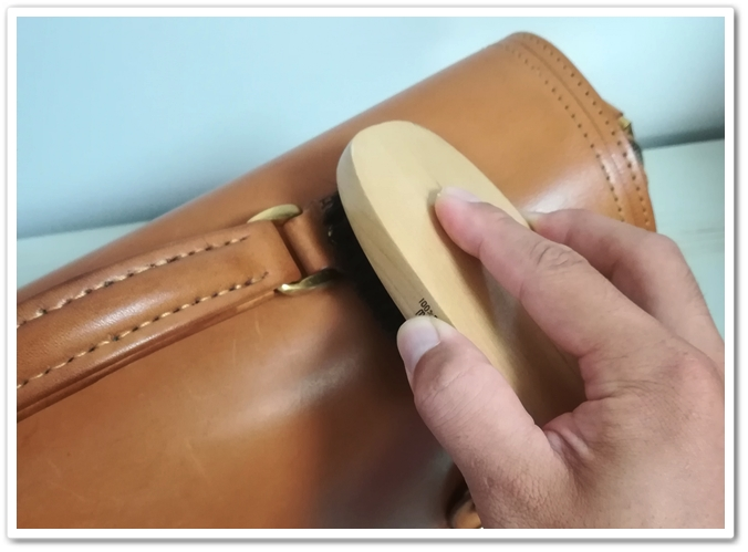 ヌメ革のバッグのブラッシング