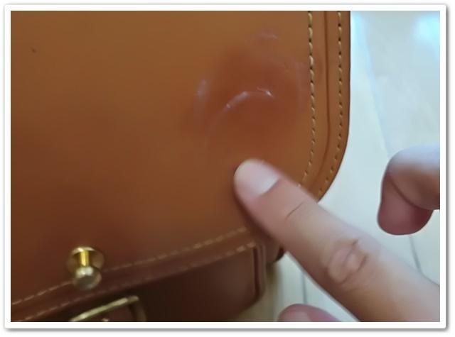 指でシュプリームクリームを塗っているところ