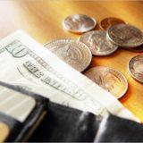 海外の二つ折り財布と小銭とお札
