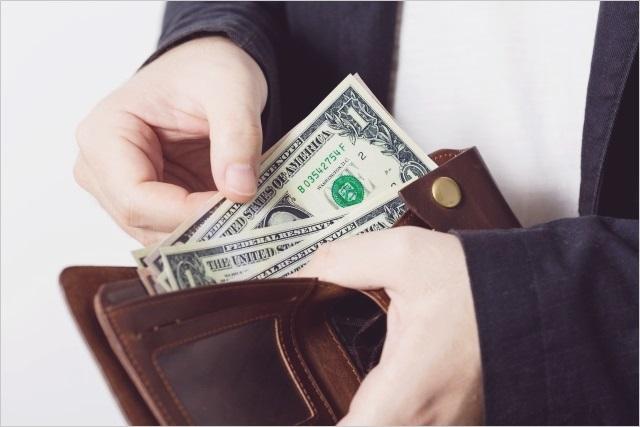 財布から海外のお札を出す人