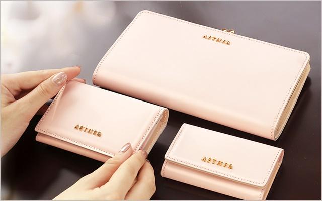 エーテルのピンク色の革財布